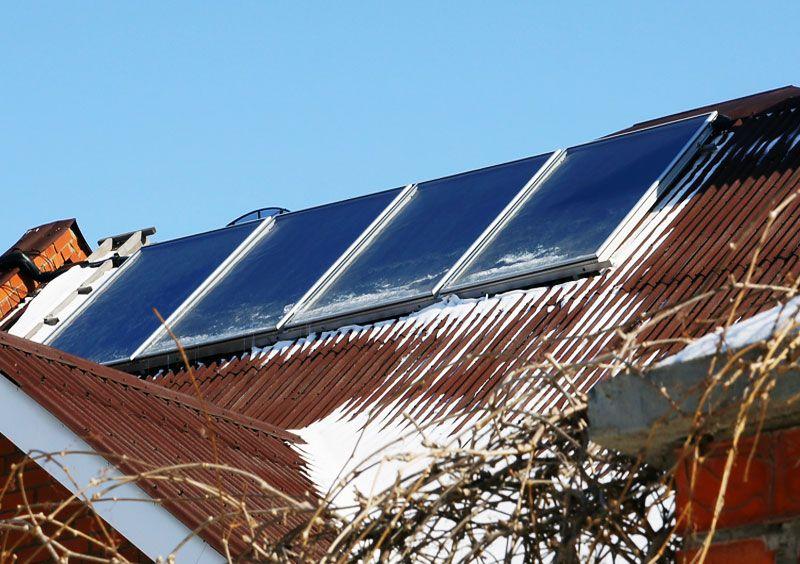 Плоские солнечные коллекторы под снегом на крыше
