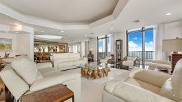Villa Regina At Brickell - Formal Living Room