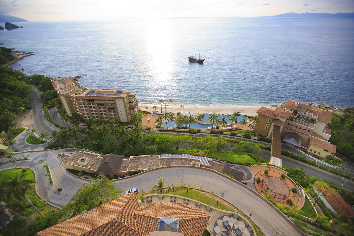 La propiedad de torres múltiples se distribuye armónicamente desde la playa y asciende hacia la montaña integrando las dos áreas y combinando parte del paisaje tradicional con la sofisticación innovadora y el lujo discreto que transforma cada residencia en una experiencia única para sus compradores.
