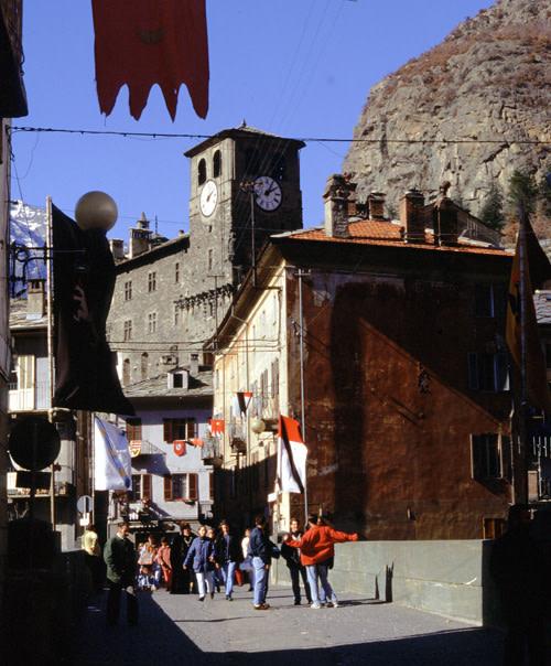 Il ponte vecchio con i possenti parapetti in metabasite, decorato a festa per il Carnevale
