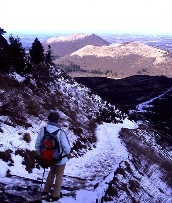 Scendendo a piedi dal Puy de Dôme, vista invernale su due vulcani del Parco