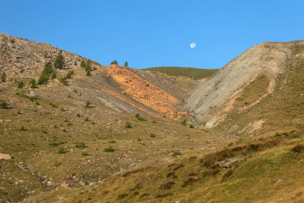 1. Les lèvres de la faille Raty ensevelies dans la poussière de cataclasite (« gouge »). À gauche les rochers issus de la faille, enduits de carbonates (« listvenites »). Photo Roberto Facchini.