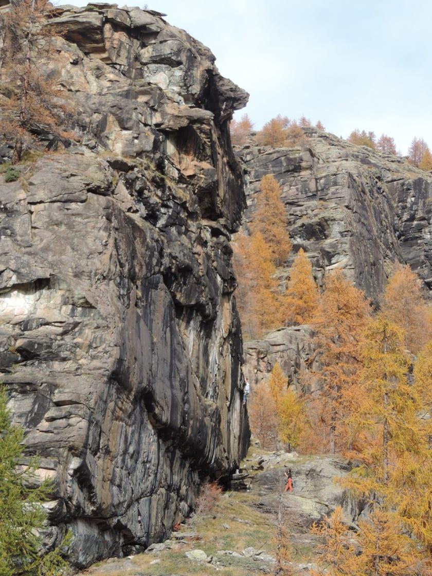 06. La regolarità delle fratture nella roccia serpentinitica ha suggerito la creazione di vie attrezzate di arrampicata.
