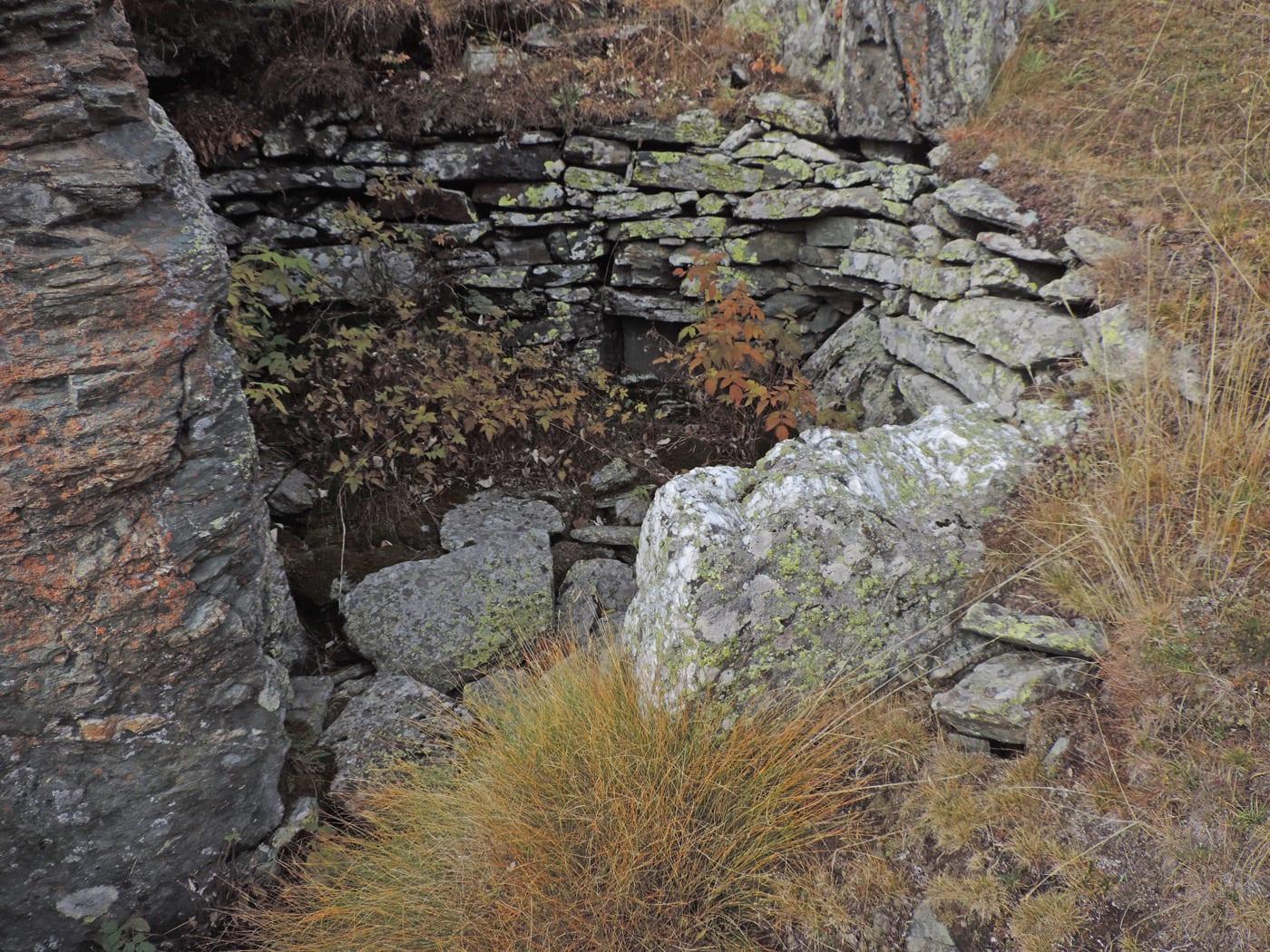 09. Le metabasiti dell'antica crosta oceanica qui si presentano allo spacco in forma regolare e più o meno ricche in minerali scuri ferromagnesiaci.