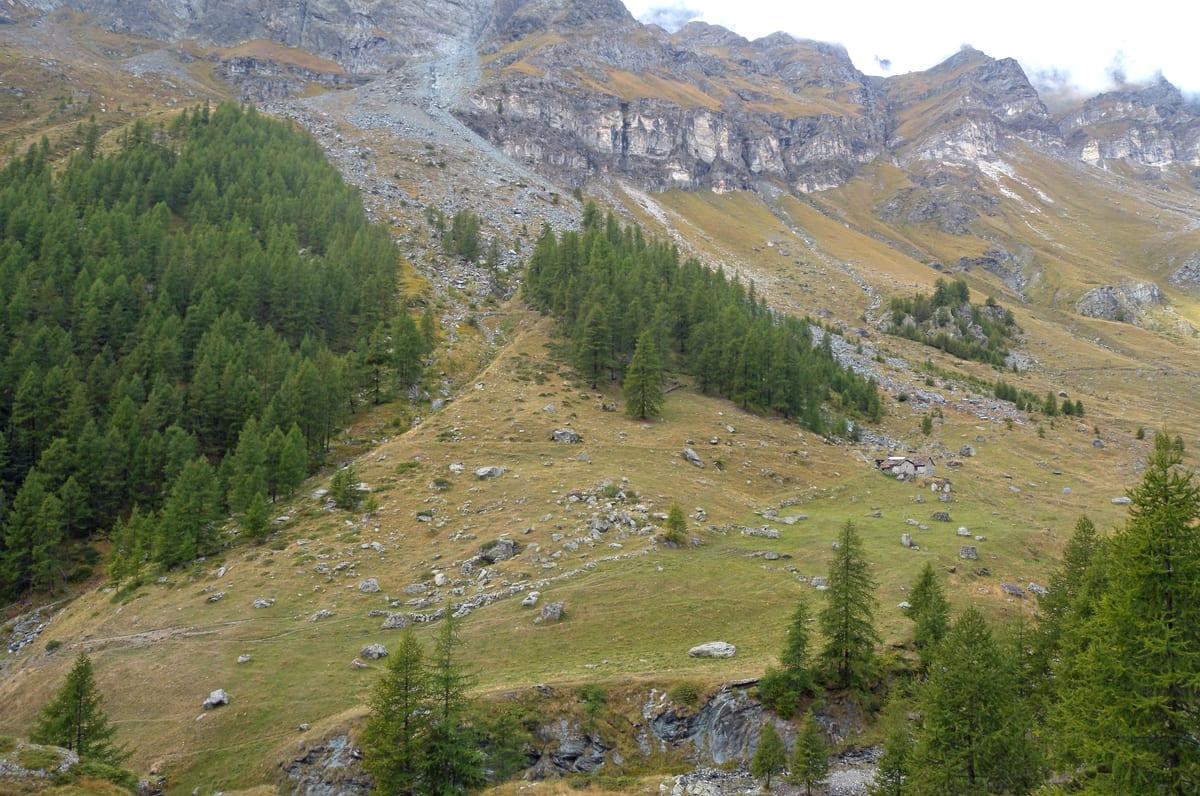 L'Alpe Courthod dal sentiero Ventina-Djomein. Qui sono localizzate alcune testimonianze di laboratori per la pietra ollare.