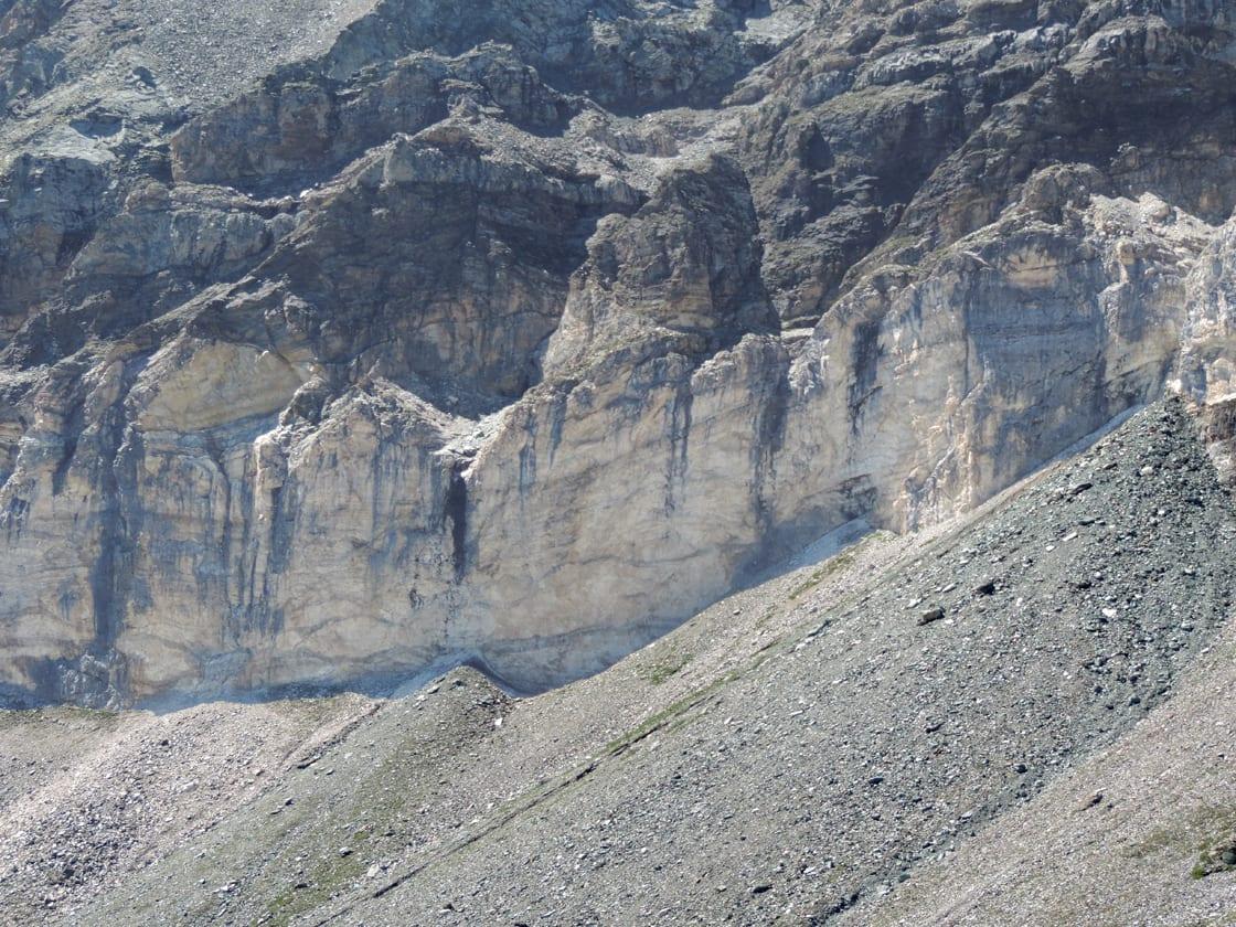 La fascia bianca da vicino. Si possono distinguere alcuni dei livelli di rocce calcaree ed evaporitiche che la compongono. La loro origine è sulle lagune calde dell'antico supercontinente Pangea.