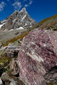 03. Poco a sinistra (nord) del nostro cammino, bell'affioramento di quarziti a manganese. Foto M. Broglio.
