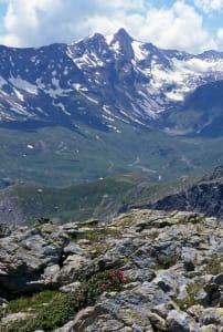 2. La zone d'affleurement des éclogites du Raty. Au fond la Roëse di Bantse 3164 m.