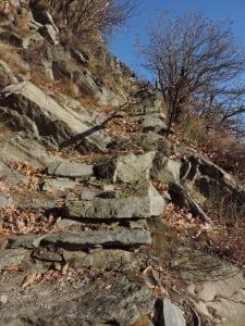 01. Tagliato nelle bancate di antichi graniti, il sentiero s'inerpica a collegare diversi villaggi di Perloz.
