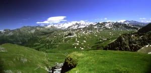 Dalla Tormotta, sul bordo del precipizio, panorama verso la valle del Piccolo San Bernardo, con il Ruitor sullo sfondo