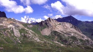 La scaglia continentale della Pointe Rousse ed i suoi contatti. Sullo sfondo il Monte Bianco