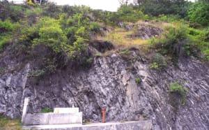 Affioramento di scisti permo-carboniferi sotto il castello