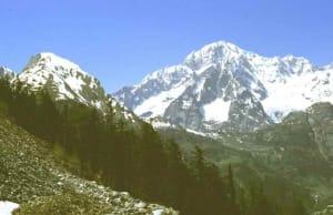 """Il Monte Bianco fa da sfondo alle discariche della storica cava di Arpy (""""Pietra di Morgex"""")"""