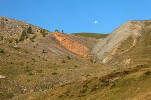 1.Les lèvres de la faille Raty ensevelies dans la poussière de cataclasite (« gouge »). À gauche les rochers issus de la faille, enduits de carbonates (« listvenites »). Photo Roberto Facchini.