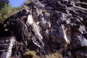 Incluso cristallino negli scisti carboniferi: affioramento sulla strada regionale di La Salle