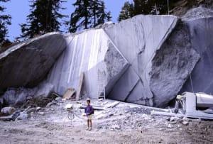 Le vaste superfici di roccia tagliata funzionano come grandi oblò verso l'interno della Terra