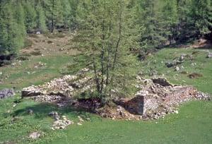 10. Le imponenti rovine dell'Ospizio di Chavacour, posto-tappa ben conosciuto di una via transalpina alternativa.