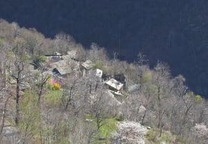 4. Numerosi villaggi occhieggiano sul ripido versante, approfittando di ogni rottura di pendenza.