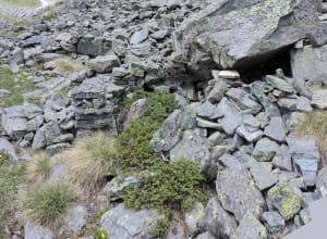 4. Dettaglio di due piccole capanne con utilizzo parziale di riparo sotto roccia.