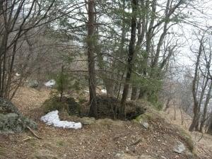 13. Il forno di Barmalondze. Nei pressi affiora qualche livello di roccia a noduli calcarei.