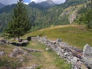 14.Muretti di separazione in gneiss con coronamento e sostegni per ringhiera. Sentiero walser, Gressoney-Saint-Jean.
