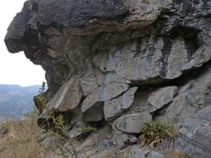 25. Coussins de lave (effusions sur fond océanique) en faciès éclogitique sur le sentier qui monte à Chamois.