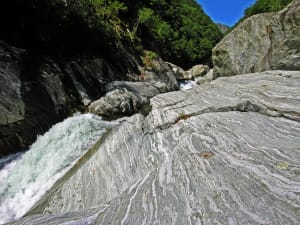 16. Evolution en milieu hydraté et déformation de la nappe continentale subduite