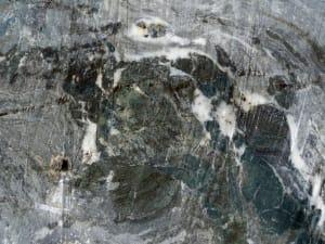 14. Nodules boudinés de métabasites (vertes) dans le marbre (blanc-gris)