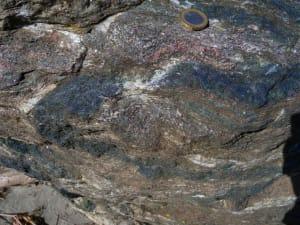 6. Bandelettes alternées d'amphibole bleue, de mica blanc et de pyroxène vert
