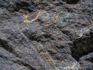 4. Minéraux colorés (ferromagnésiens) à la surface du deuxième bloc