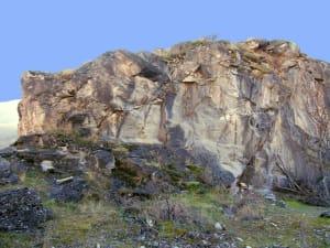 """Il fronte di cava del """"marmo bardiglio"""", sospeso sul risalto archeologico di Châtel Argent (Villeneuve), ha un che di solenne e maestoso"""