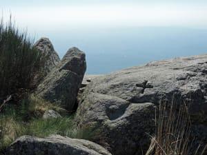 10. Una delle croci del Mombarone, incisa su un risalto roccioso in posizione dominante, sempre su rocce derivate da graniti.
