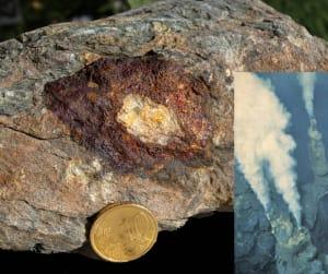 9. Una testimonianza dalle nostre miniere alpine: una sezione in rame del tubo di una sorgente minerale idrotermale sul fondo dell'antico oceano, di cui è raffigurato sulla destra un esempio attuale del Pacifico. Foto Ifremer.