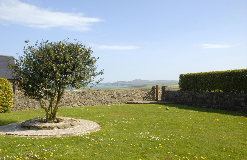 Self catering Pembrokeshire Coast Path cottage with private gardens - dogs welcome