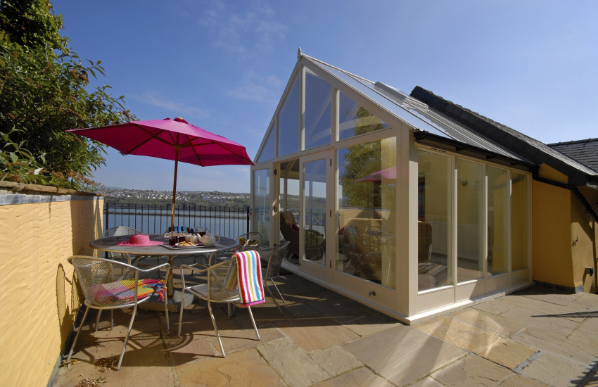 Cottage holiday sea views with conservatory-patio
