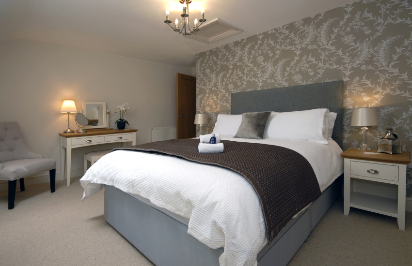 King size bedroom with Egyptian cotton bedding