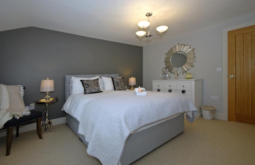Holiday barn sleeping 8 guests - king size bedroom