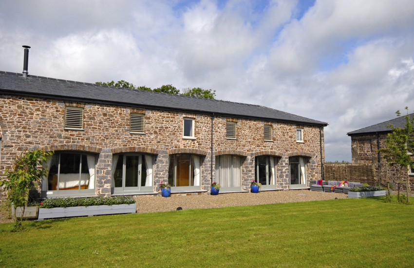 Pembrokeshire Grade II listed luxury converted barn with gardens - pets welcome