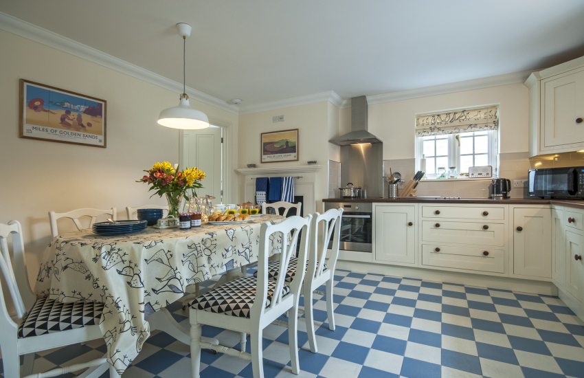 Self-catering coastal cottage - spacious kitchen/diner