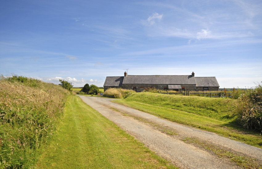 Renovated Pembrokeshire cottage in tranquil setting - dogs welcome