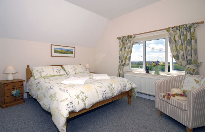 Pembrokeshire holiday cottage sleeps 5 - kingsize master bedroom