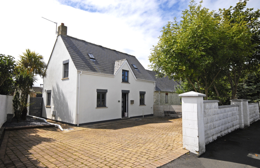 St Davids holiday cottage with ample parking and enclosed gardens
