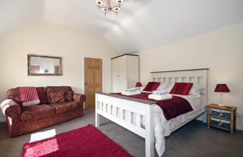 Master kingsize bedroom with en suite shower