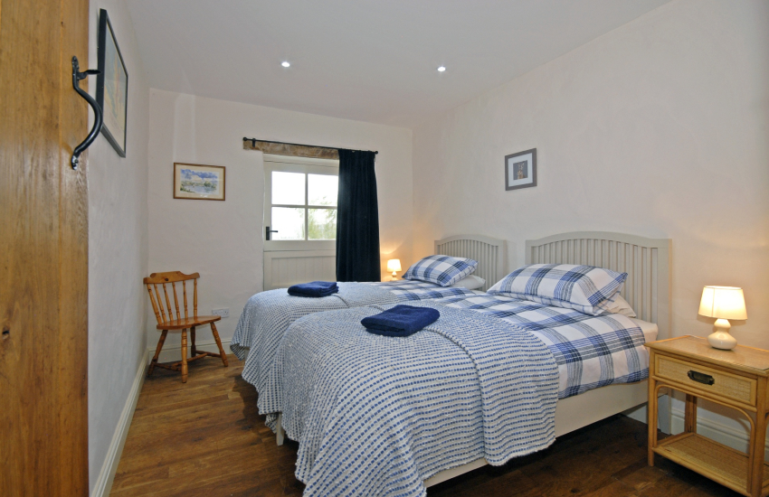 Lawrenny holiday cottage sleeps 4 - twin with river views