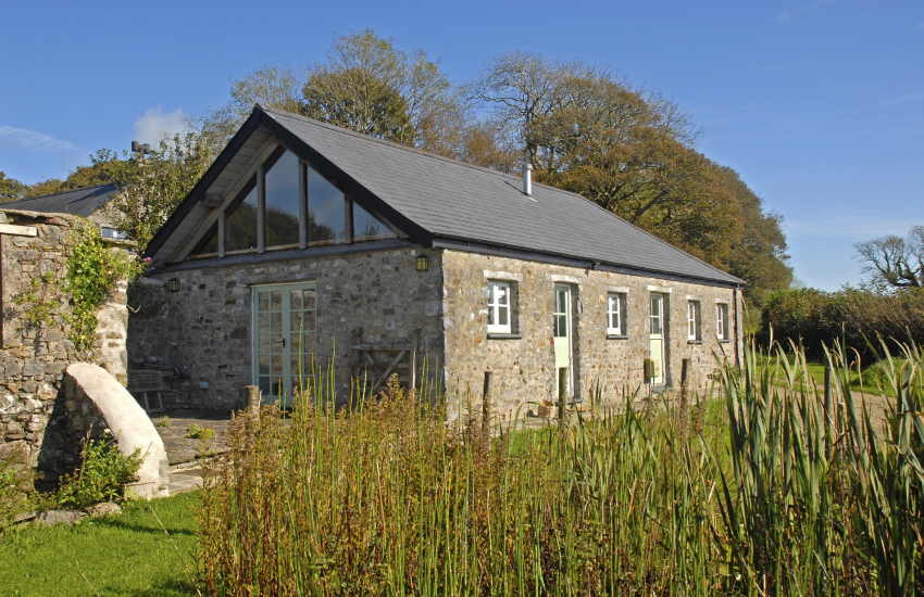 Pet friendly Lawrenny holiday cottage with gardens and river views