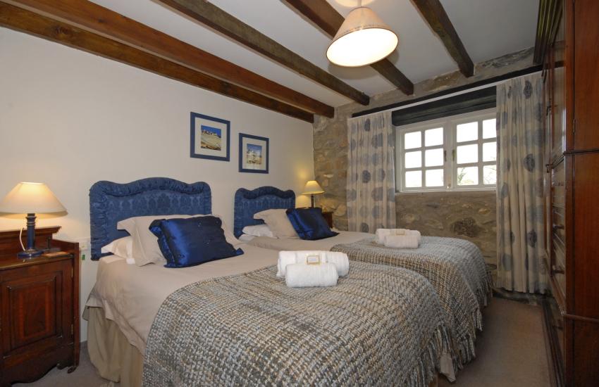 Solva holiday cottage - ground floor twin en-suite bathroom