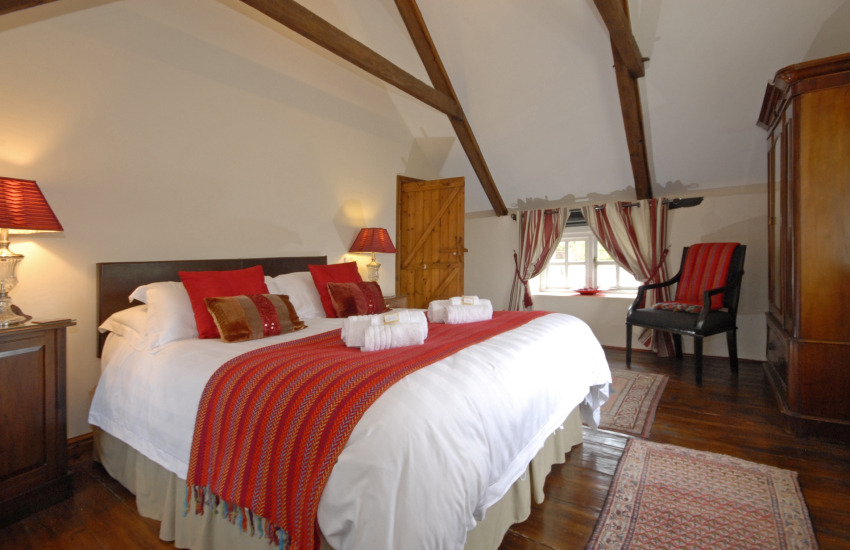 Pembrokeshire holiday cottage sleeps 8 guests - 5' double with open trussed ceilings