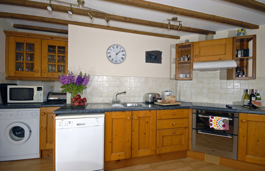 Self catering Solva cottage - country style kitchen