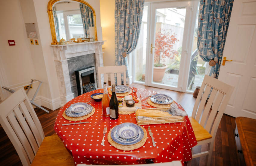 Mumbles holiday cottage - dining room