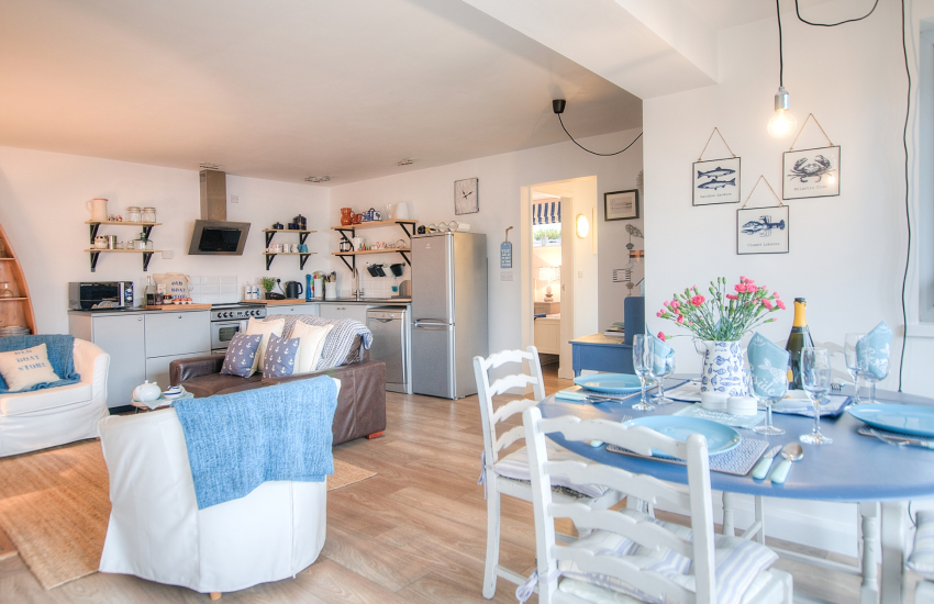 Romantic cottage by the sea Wales - dining